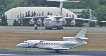 Mit einer Dassault Falcon - hier ein anderes Flugzeug des Typs - verunglückte der TOTAL-Chef. / Bild:  cdate1994; CC BY-SA 2.0