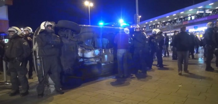 Umgeworfener Polizeiwagen in Köln. / Bild: Screenshot YouTube