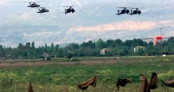 Eine Wurzel des Flüchtlingsproblems: Stationierte US-Kampfhubschrauber vom Typ AH-64 Apache in Albanien während des Kosovo-Krieges (Foto: Magnus Manske, wikipedia)