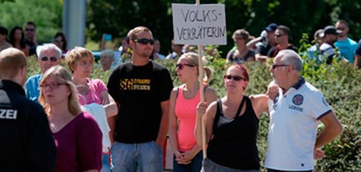 Alles Nazis außer Mutti? Demonstranten gegen Merkel in Heidenau, 26.8.2015