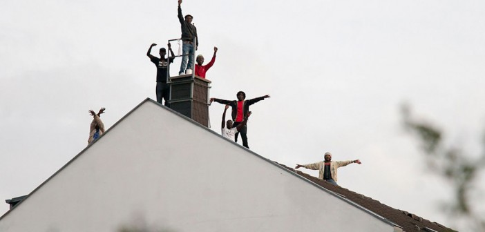 Refugiados resisten en el techo @ Berlin;  Foto #guertelstr (Flickr)
