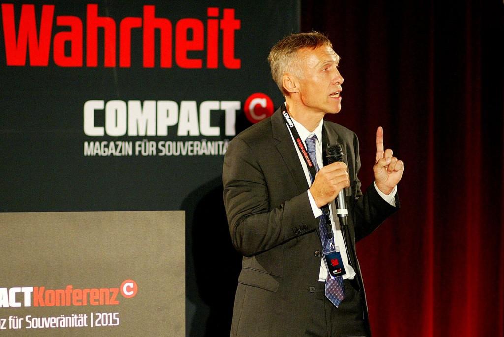 Kai Homilius begrüßt die Gäste der diesjährigen großen COMPACT-Souveränitätskonferenz und bedankt sich für das riesengroße Interesse. Foto: Michael Jeinsen.