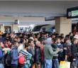 Flüchtlinge am Wiener Westbahnhof vor der Fahrt Richtung Deutschland, 5. September 2015 (© Bwag/Commons)