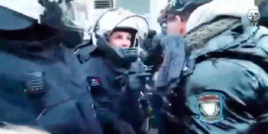 Demonstrant spricht mit Polizist über den Böllerwerfer (Screenshot aus dem Anonymous-Video)