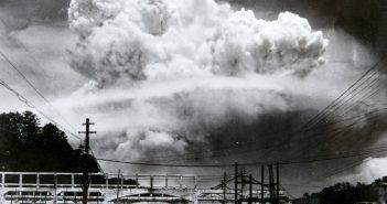 Die aufsteigende Wolke kurz nach der Explosion, fotografiert von Madsuda Hiromichi in einem Außenbezirk der Stadt (Foto: Hiromichi Matsuda, de.wikipedia.org)