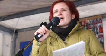 """Katja Kipping, Politikerin der Partei """"Die Linke"""", auf einer """"Dresden Nazifrei""""-Demonstration im Februar 2010. (Foto: Die Linke (Flickr profile)"""