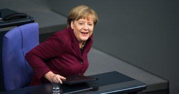 Bundeskanzlerin Angela Merkel (CDU) sitzt am 15.10.2015 im Plenarsaal des Deutschen Bundestages in Berlin und lacht. Hauptthema des Tages ist die Debatte über Flüchtlingspolitik in Deutschland mit anschließender Abstimmung über die geplante Asylgesetzreform.  (c) dpa