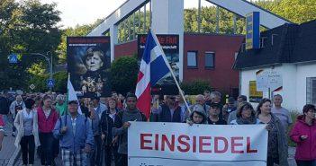 Michèl Mazingu-Dinzey links hinter dem Transparent (Foto: Informationen aus Einsiedel)