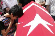 Angehörige bei der Trauerzeremonie für die Anschalgsopfer von Istanbul. (c) dpa