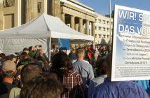 Ca. 700 Teilnehmer demonstrieren am 28.04.2014 am Platz des 18. März vor dem Brandenburger Tor in Berlin. Foto: picture alliance/Geisler-Fotopress