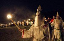 Ku Klux Klan. Hillary Clintons Freund und Mentor Senator Robert Byrd, hatte in Jugendjahren Mitglieder für den KKK  rekrutiert.  picture alliance / AP Photo