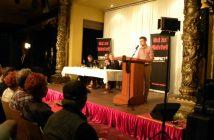 Martin Sellner spricht zum Publikum.
