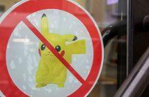 Ein Aufkleber, der das Spielen von Pokemon Go hier verbietet, ist am 03.08.2016 in Düsseldorf (Nordrhein-Westfalen) an einer Bank zu sehen.  (c) dpa