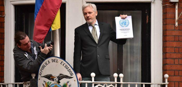 Julian Assange auf dem Balkon der Botschaft von Ecuador, London. picture alliance / empics