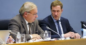 Paul Magnette  (l) im wallonischen Parlament , Gespräch über CETA. (c) dpa