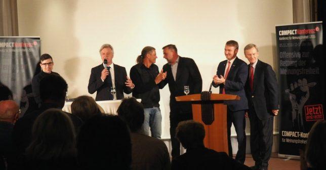 Gemeinsames Finale: v.l. Martin Sellner, Jürgen Elsässer, Oskar Freysinger, Lutz Bachmann, AfD-Politiker Andre Poggenburg und Staatsrechtler Karl Albrecht Schachtschneider