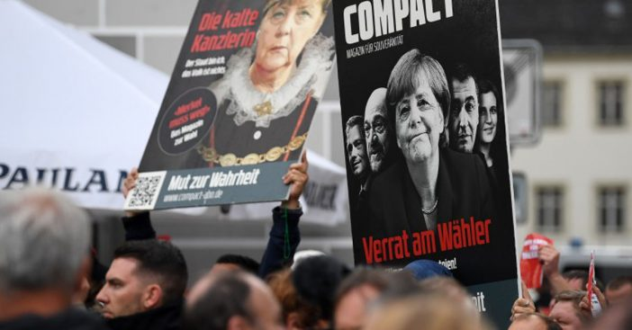 AntiMerkel-Plakate mit COMPACT auf Demo in Torgau
