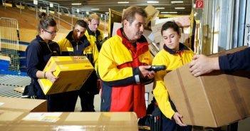 Postmitarbeiter bei der Paketsortierung