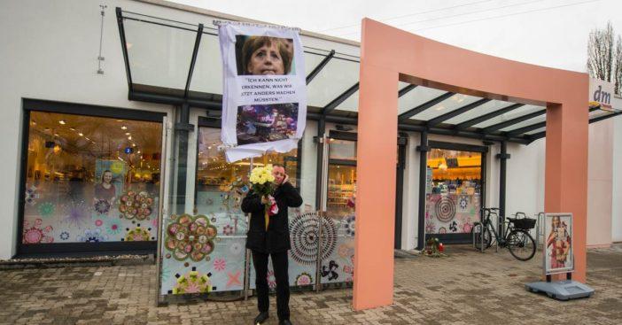 Tatort Drogeriemarkt: Ein Trauernder mit Merkelbild