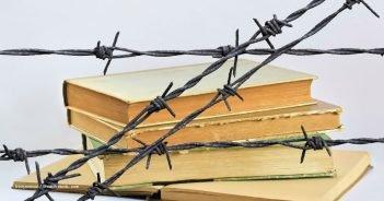 Buch in Stracheldraht