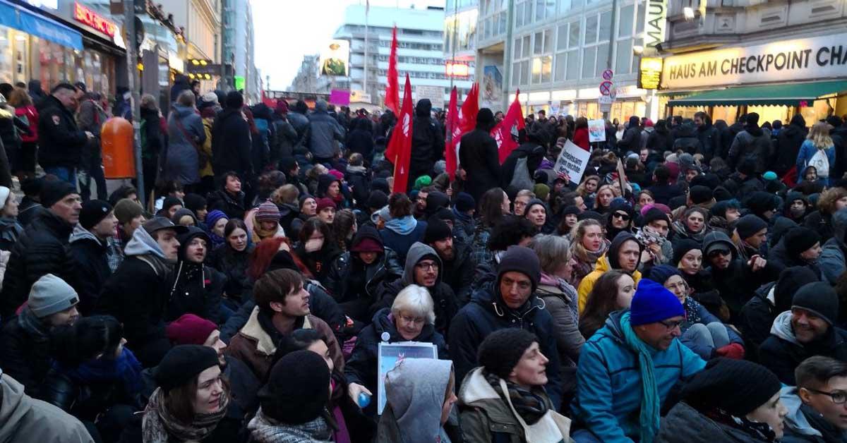 Sitzblockade Frauenmarsch Antifa