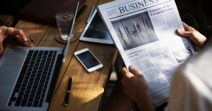 Zeitung Laptop Kaffee