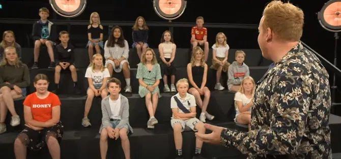 Kinder als Publikum der Nackt-Show. | Bild: Screenshot YouTube/DR Ultra